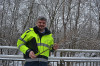 Torsten Müller zeigt vom Eschentriebsterben betroffene Bäume