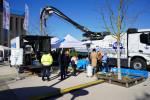 Das Bild zeigt ein Fahrzeug der SER sowie Zelte, vor denen sich Menschen unterhalten.