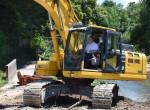 Oberbürgermeister Thomas Keck sitzz im Bagger und führt den symbolischen Baggerbiss für den Umbau des Gaasgartens durch.