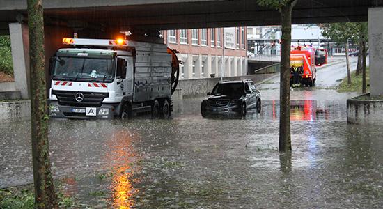 Ein Spülwagen steht im Hochwasser in der Gutenbergstraße in Reutlingen am 27. Juli 2013.