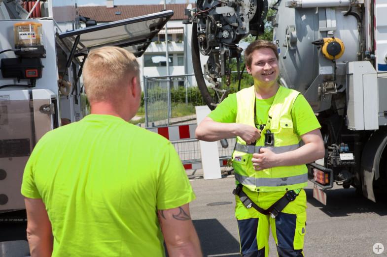 Mitarbeiter des Kanalbetriebs der Stadtentwässerung Reutlingen bereiten sich auf einen Einsatz im Kanalnetz vor.