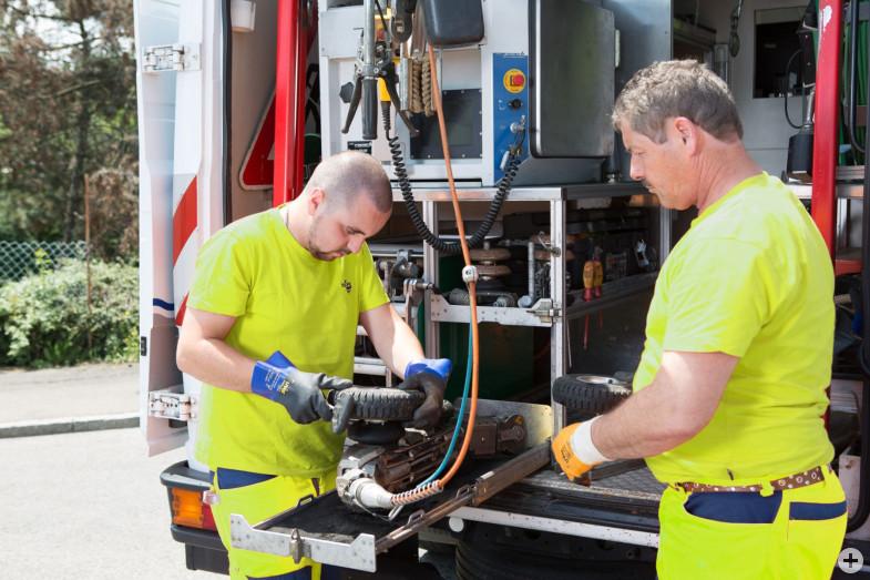 Mitarbeiter des Kanalbetriebs der Stadt Reutlingen bereiten den Kamerawagen für die Kanalbefahrung vor.