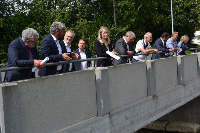 Umweltministerin Walker (5. von links) besichtigt die neugebaute Hans-Roth-Brücke, einem Baustein des ganzheitlichen Entwicklungskonzepts in Betzingen.